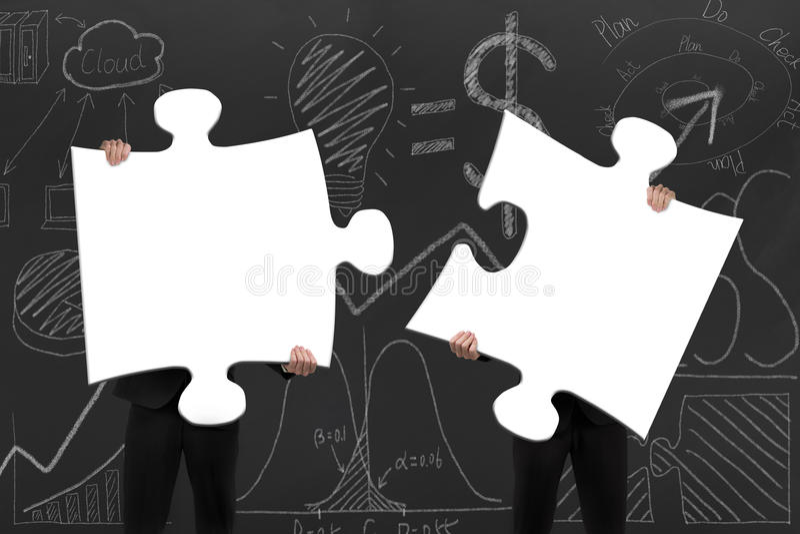 2 бизнесмены собирая пустые белые мозаики с d бесплатная иллюстрация