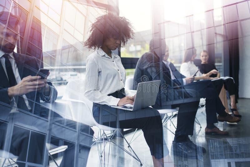 Бизнесмены соединенные на интернете с ноутбуком и планшетом Концепция startup компании двойная экспозиция стоковая фотография
