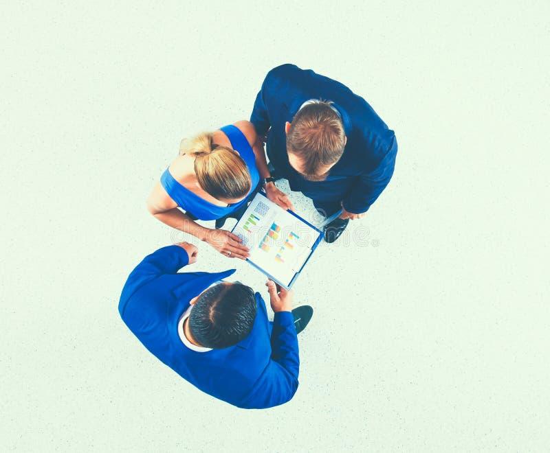 Бизнесмены стоя с topview папки совместно - стоковое фото