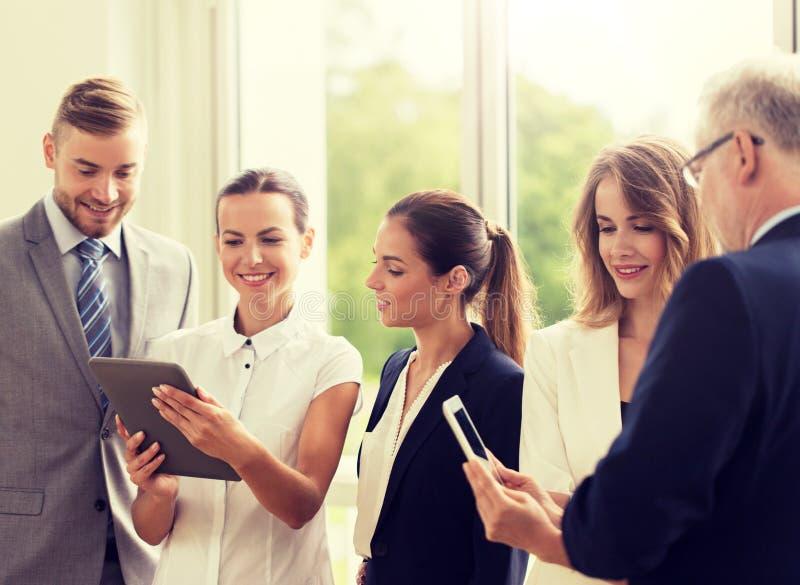 Бизнесмены с компьютерами ПК планшета на офисе стоковое изображение