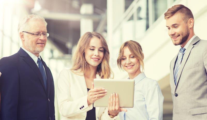 Бизнесмены с компьютерами ПК планшета на офисе стоковые фотографии rf