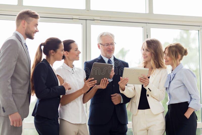 Бизнесмены с компьютерами ПК таблетки на офисе стоковое изображение