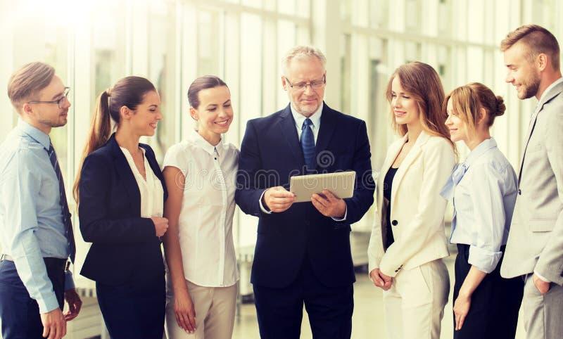 Бизнесмены с компьютером ПК планшета на офисе стоковые изображения
