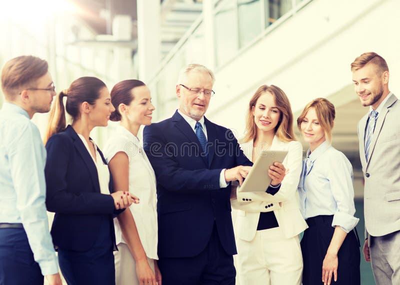 Бизнесмены с компьютером ПК таблетки на офисе стоковая фотография rf