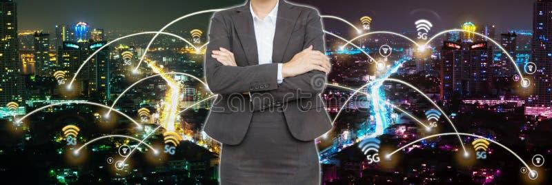 Бизнесмены с сетью на городе в nighttime стоковое фото