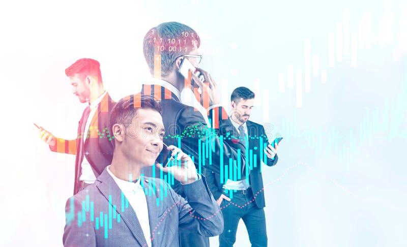 Бизнесмены с устройствами, виртуальной диаграммой стоковые изображения rf