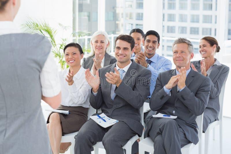 Бизнесмены слушая во время определять стоковая фотография