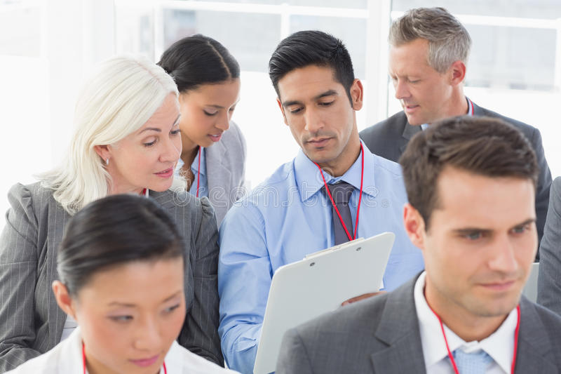 Бизнесмены слушая во время определять стоковая фотография rf