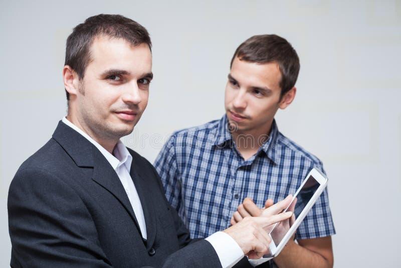 Бизнесмены с цифровой таблеткой стоковое изображение