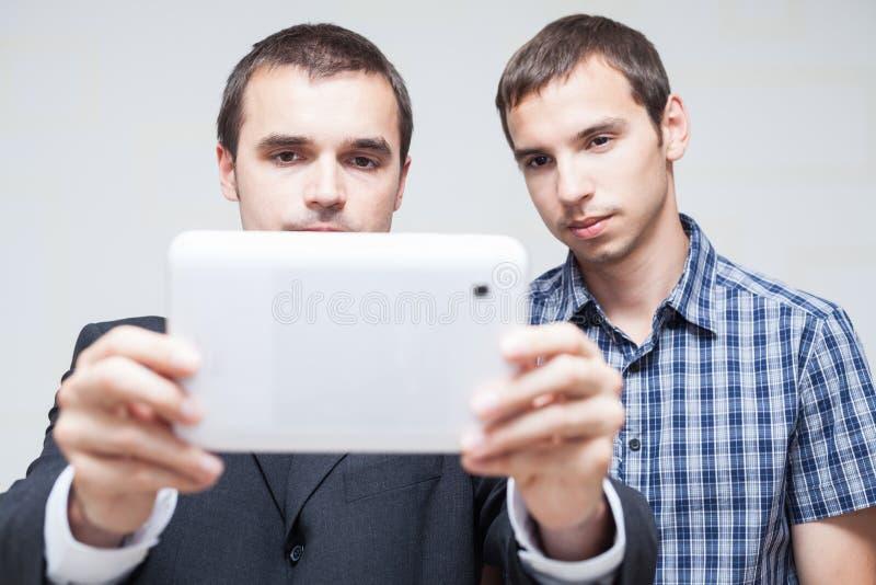 Бизнесмены с цифровой таблеткой стоковые изображения rf