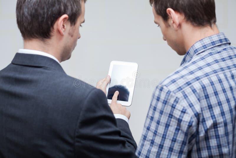 Бизнесмены с цифровой таблеткой стоковая фотография rf