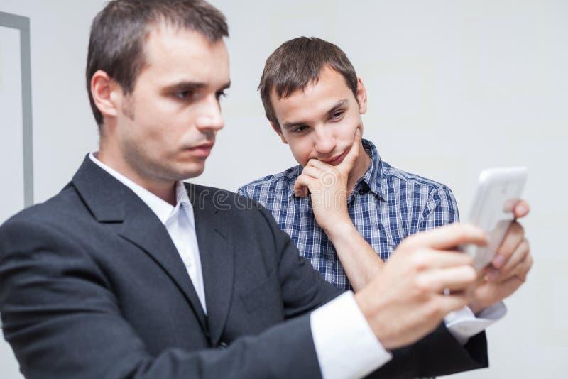 Бизнесмены с цифровой таблеткой стоковое изображение rf