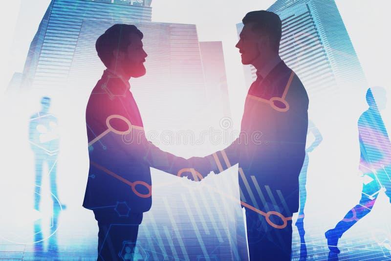 Бизнесмены тряся руки в городе, изображают диаграммой стоковое изображение rf