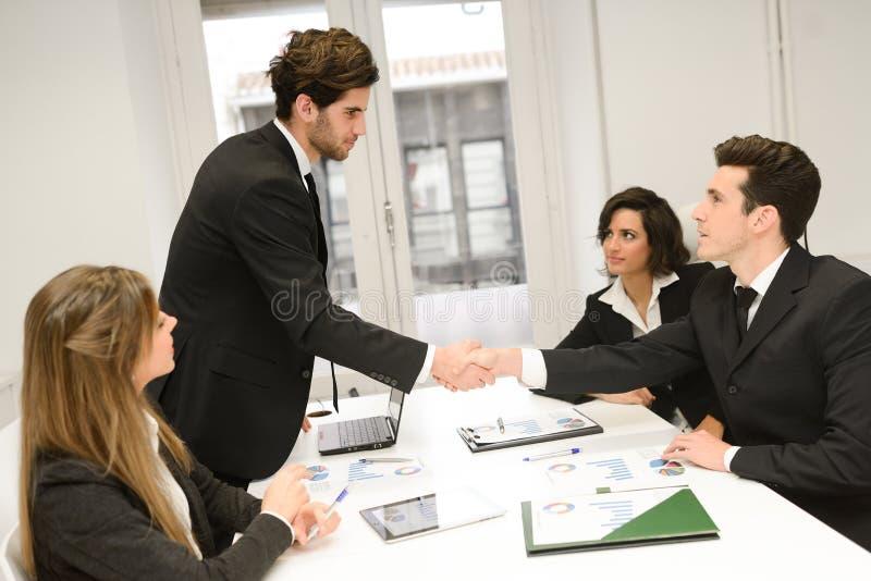 Бизнесмены тряся руки, заканчивая вверх встречу стоковые изображения rf