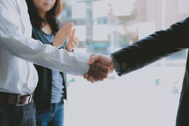 Бизнесмены тряся руки после встречи handshaking коллег концепция партнерства сыгранности стоковое изображение