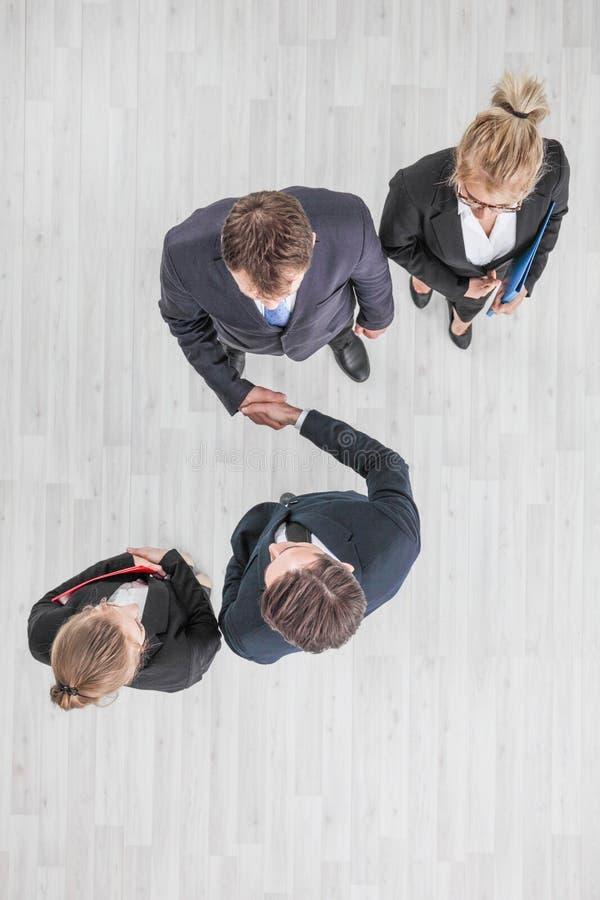 Бизнесмены тряся руку стоковое изображение rf
