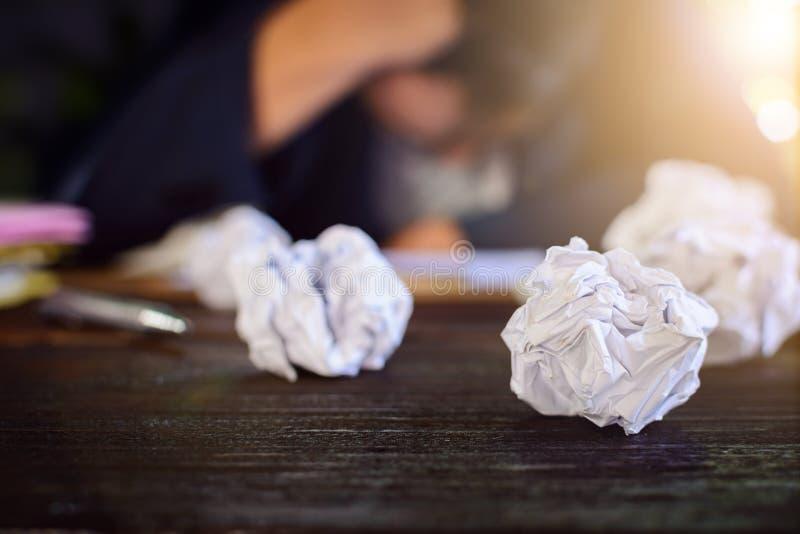 Бизнесмены усиливают и опасаются задавленную бумагу на деревянной таблице стоковые фотографии rf