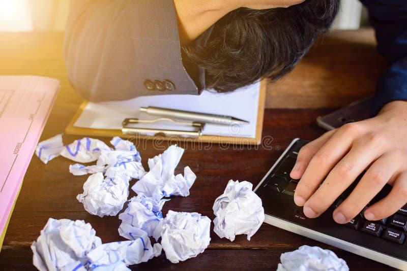 Бизнесмены усиливают и опасаются задавленную бумагу на деревянной таблице стоковая фотография