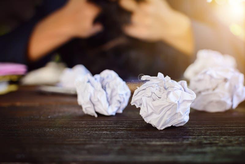 Бизнесмены усиливают и опасаются задавленную бумагу на деревянной таблице стоковая фотография rf