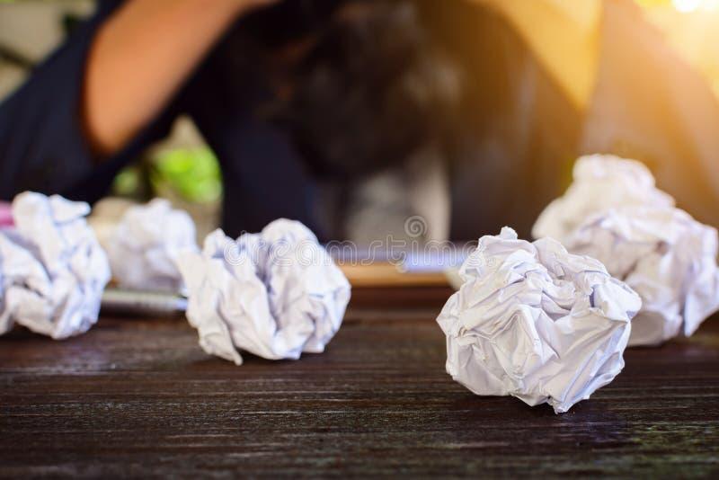 Бизнесмены усиливают и опасаются задавленную бумагу на деревянной таблице стоковое фото rf