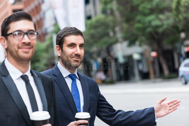Бизнесмены улавливая такси стоковые фотографии rf
