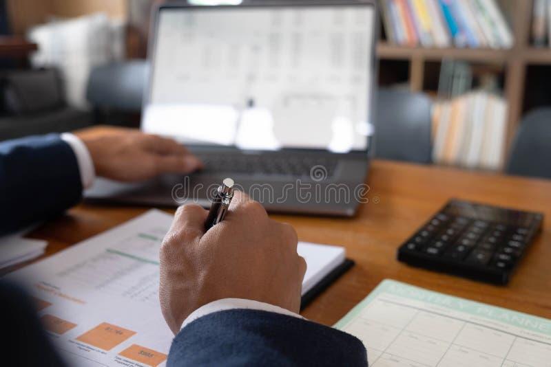 Бизнесмены, финансы, учитывая работа, чековые счеты, используя калькуляторы и данные по обнаружения стоковое фото rf