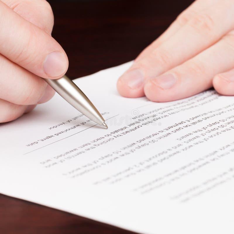 Бизнесмены читая контракт - один против одного коэффициент стоковые фотографии rf