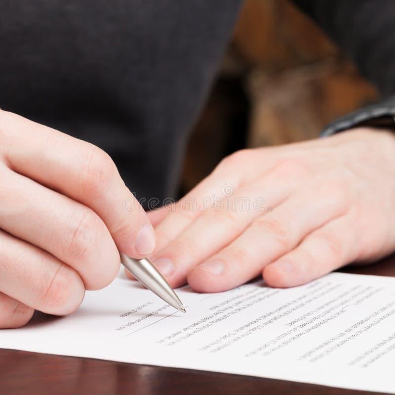 Бизнесмены читая контракт - один против одного коэффициент стоковые изображения