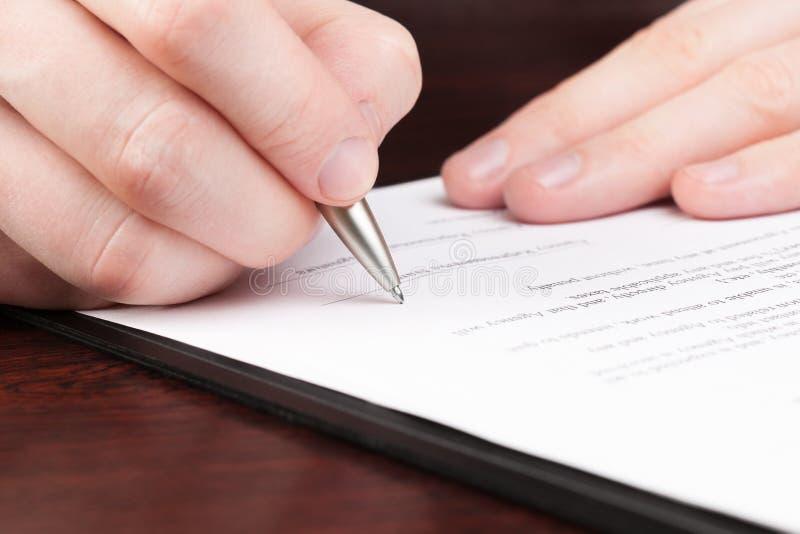 Бизнесмены читая контракт. стоковая фотография