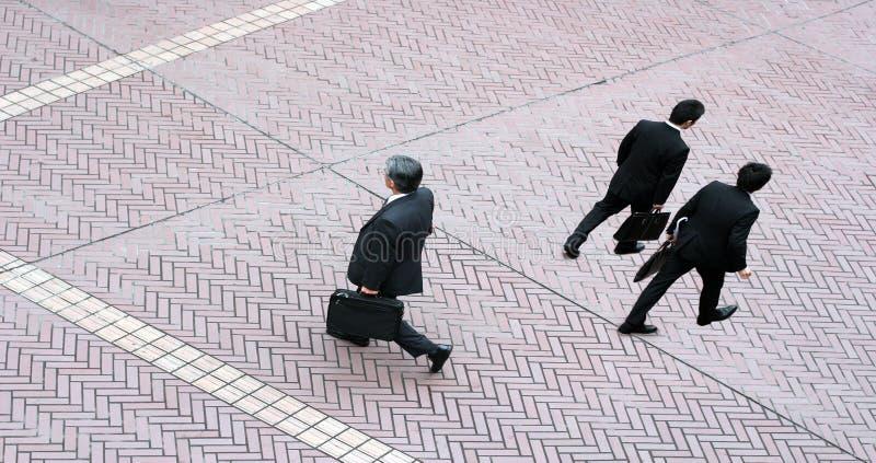бизнесмены 3 гуляя стоковое изображение rf