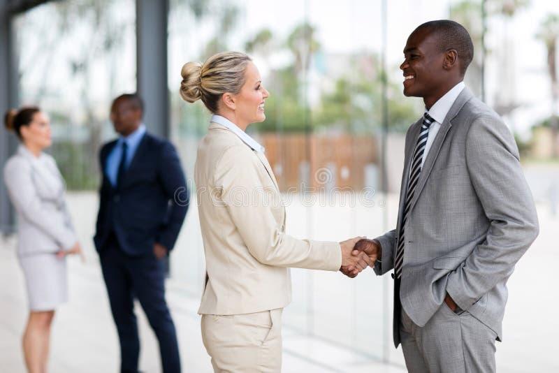 Бизнесмены handshaking стоковое изображение rf