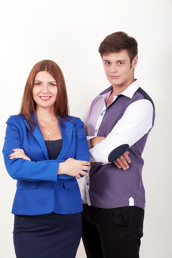 Бизнесмены smiley сложенного положением руки команды группы, бизнесмена и коммерсантки носят над белой предпосылкой стоковое изображение