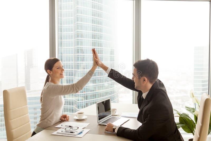 Бизнесмен давая максимум 5 коммерсантки на офисе, стороне города стоковое изображение