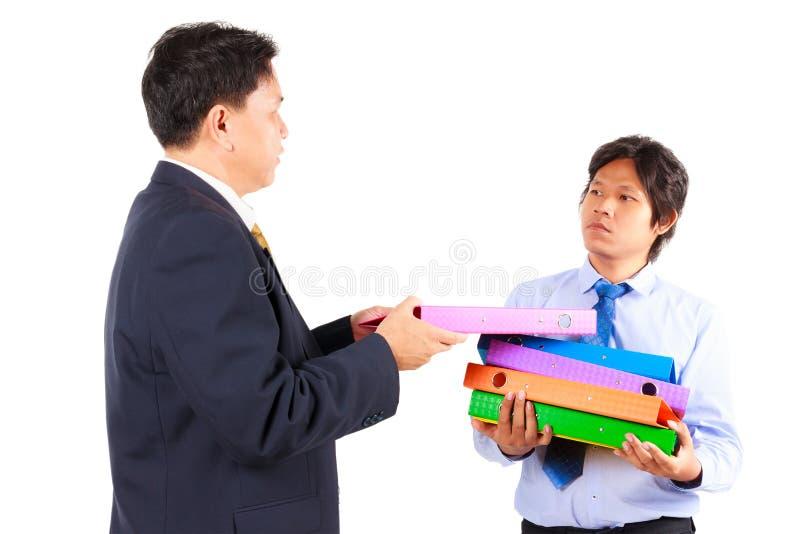 Бизнесмен давая работы к работнику стоковая фотография rf