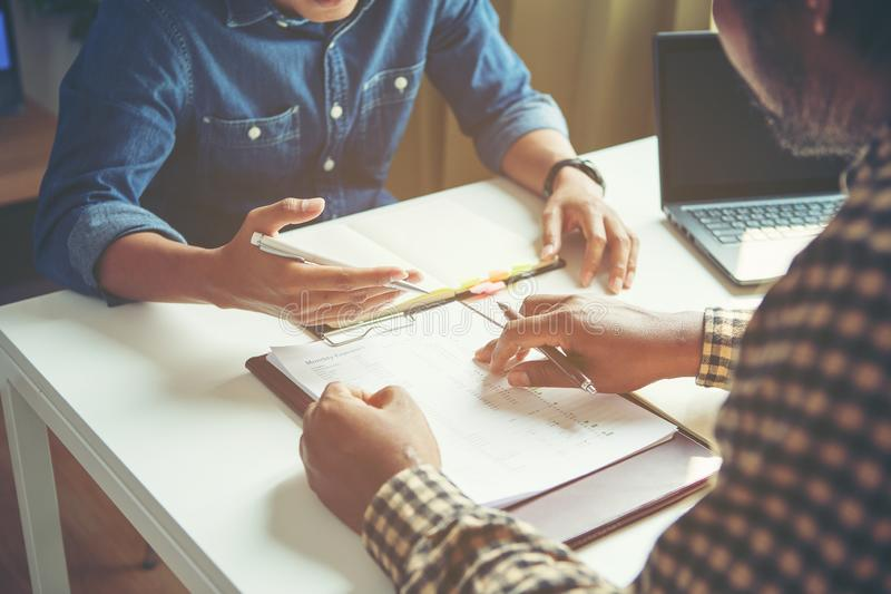 Бизнесмен анализирует концепцию, молодой экипаж коммерческих директоров работая новый проект запуска стоковое изображение rf