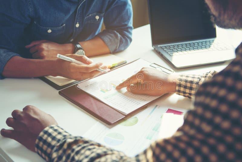 Бизнесмен анализирует концепцию, молодой экипаж коммерческих директоров работая новый проект запуска стоковое фото rf
