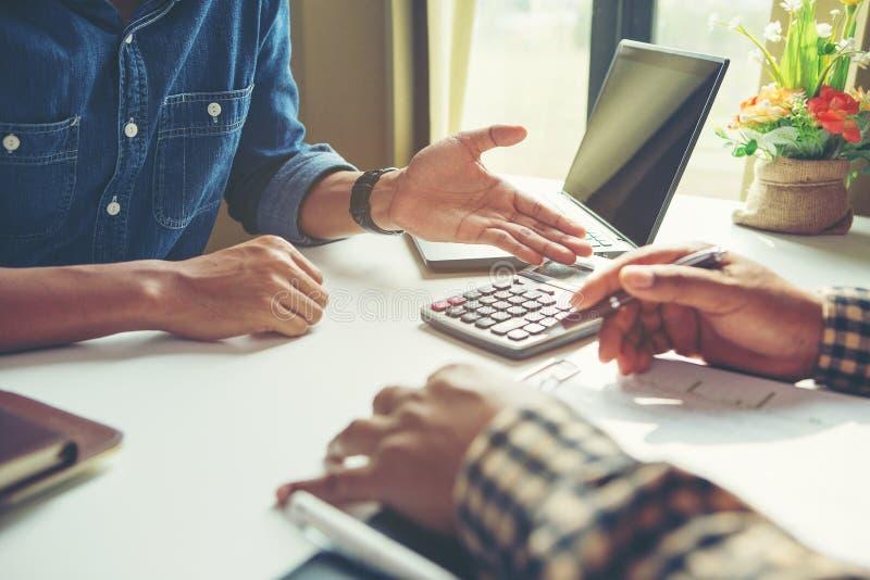 Бизнесмен анализирует концепцию, молодой экипаж коммерческих директоров работая новый проект запуска стоковые изображения rf