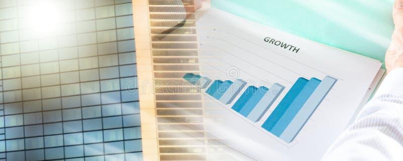 Бизнесмен анализируя диаграмму; множественная выдержка стоковое фото