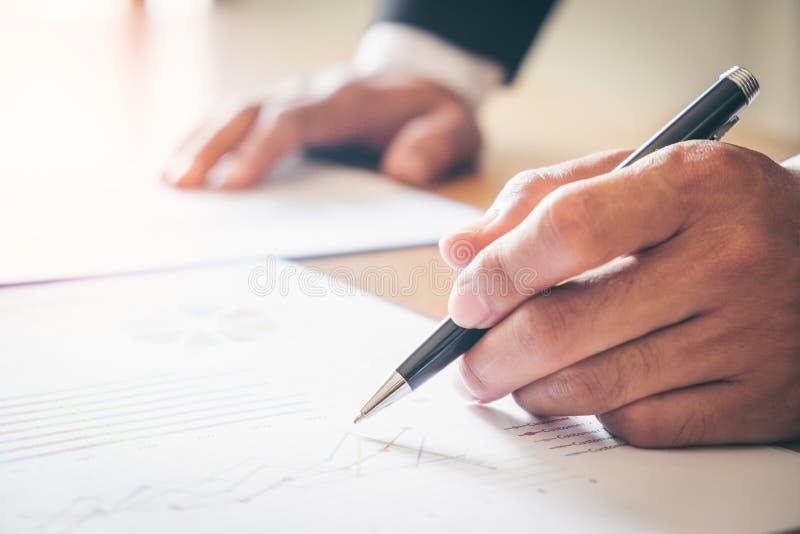 Бизнесмен анализируя диаграммы вклада стоковая фотография rf