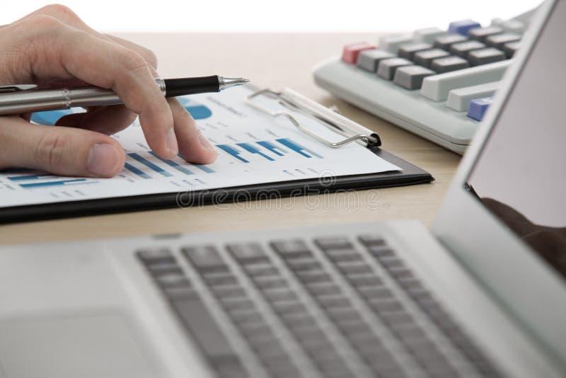 Бизнесмен анализируя диаграммы вклада стоковое фото