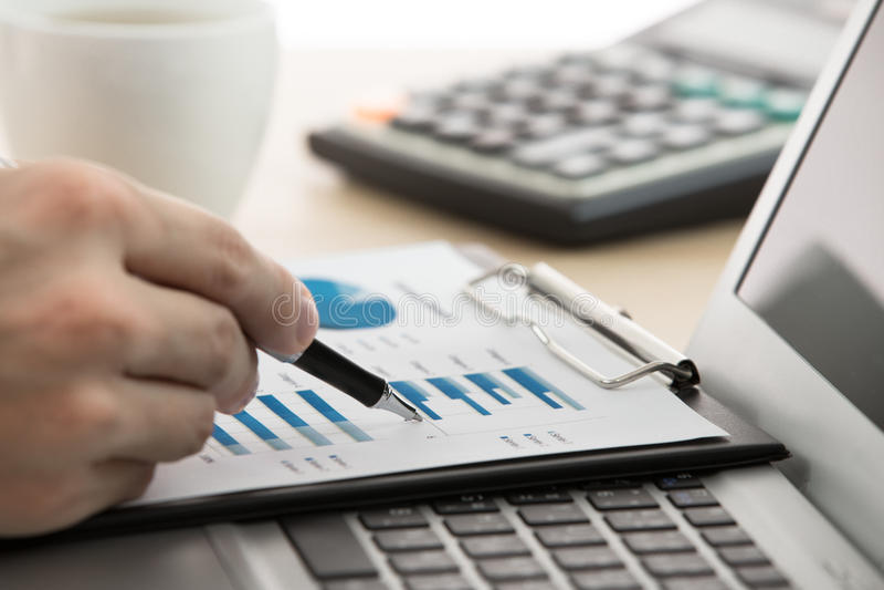 Бизнесмен анализируя диаграммы вклада стоковое фото rf
