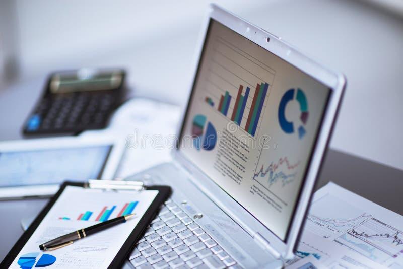 Бизнесмен анализируя диаграммы вклада стоковое изображение rf