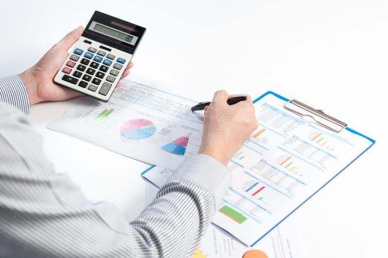 Бизнесмен анализируя отчет, эффективность бизнеса стоковая фотография