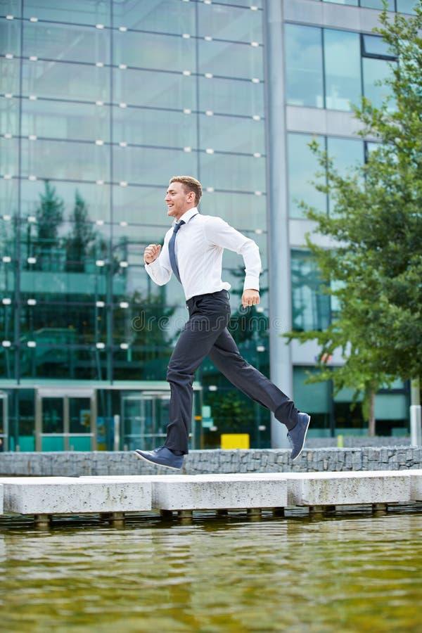 Бизнесмен бежать к назначению стоковое изображение rf