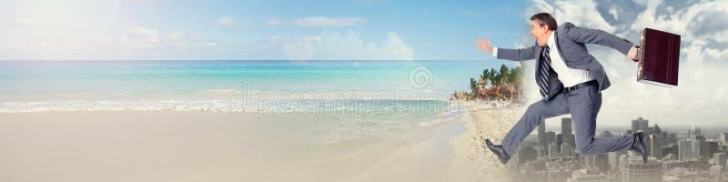 Бизнесмен бежать на пляже стоковая фотография rf