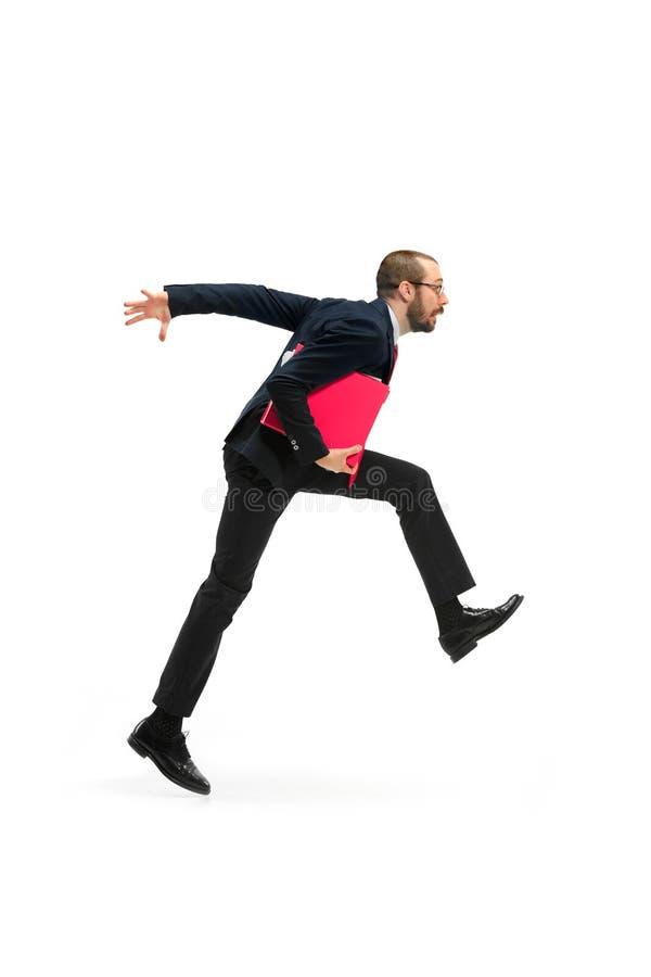 Бизнесмен бежать с папкой на белой предпосылке стоковые фотографии rf