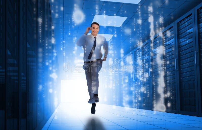 Бизнесмен бежать через центр данных стоковое изображение rf