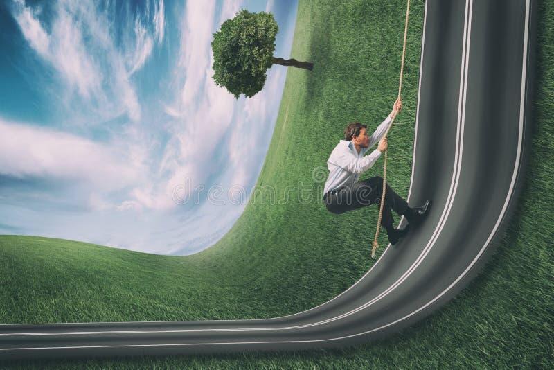 Бизнесмен взбирается дорога согнутая вверх Цель бизнеса достижения и трудная концепция карьеры стоковые фотографии rf