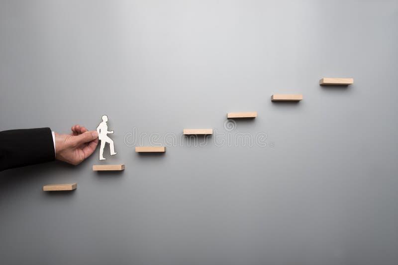 Бизнесмен взбираясь лестница успеха стоковые фотографии rf