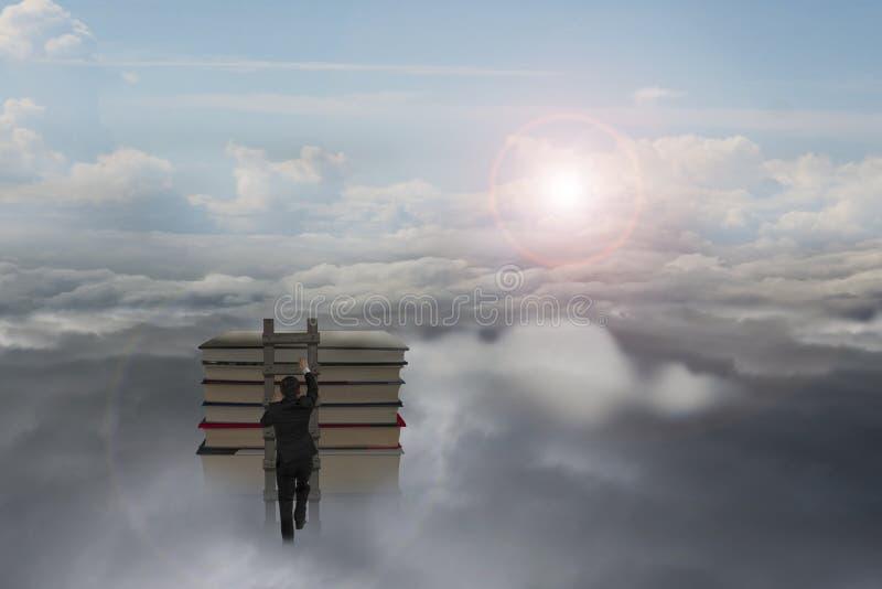 Бизнесмен взбираясь на деревянной лестнице к верхней части книг стоковая фотография
